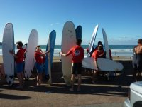 Con las tablas de surf en la playa