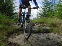 下乡与岩石自行车上坡