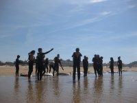 Surf en la playa durante el campamento
