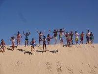 Todos saltando en la duna