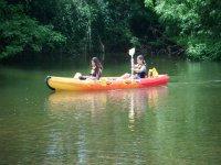 jovenes en kayak