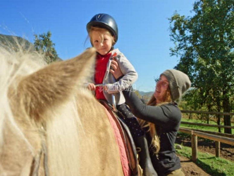 En familia listos para una ruta a caballo