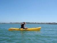 Chica en kayak amarillo
