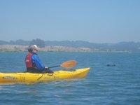 En kayak con gorra