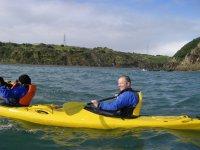 Kayak con chaleco salvavidas
