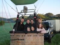 Familia preparada para el vuelo en globo