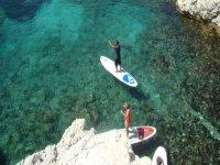 vista aerea de dos personas practicando paddle surf