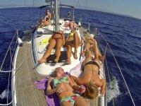 Chicas tomando el sol en el velero