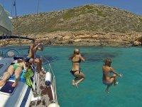 Saltando al agua desde el velero