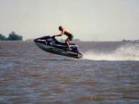 Moto de agua saltando