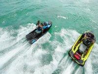 Amigos en las motos de agua