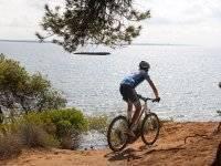 ciclista al lado del mar