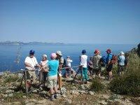 personas en un mirador observando el mar