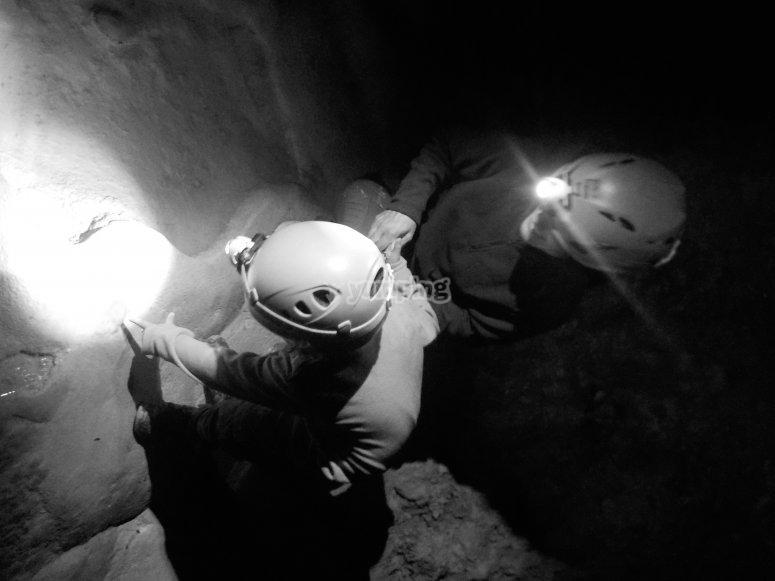 Explora una cueva cerca de Ainsa