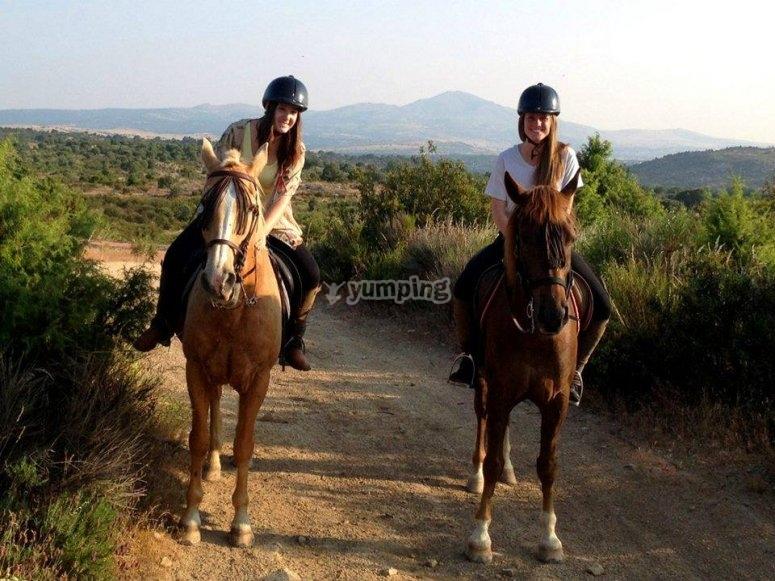 Chicas montando a caballo