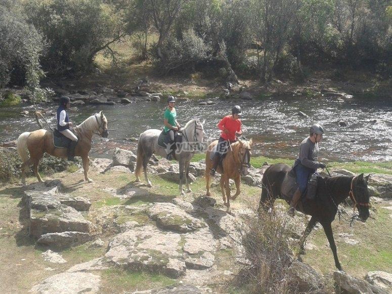 Paseando a caballo junto al rio
