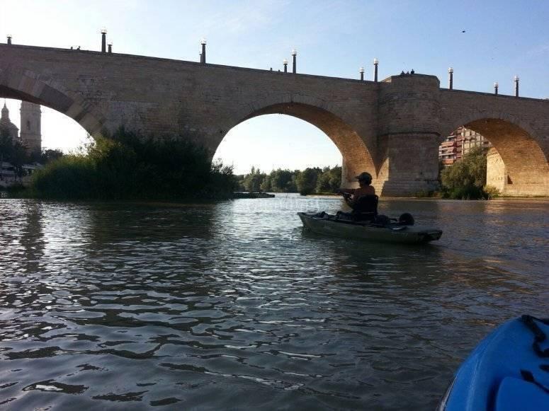 在皮划艇到桥