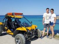 Frente al mar Balear junto al buggy amarillo