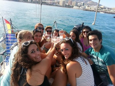 Benalmádena的一艘帆船上的单身派对