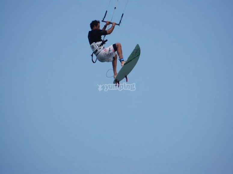 Vuela haciendo kitesurf