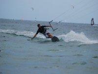Haciendo maniobras de kitesurf