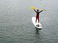 Alumno levantando el remo en el agua