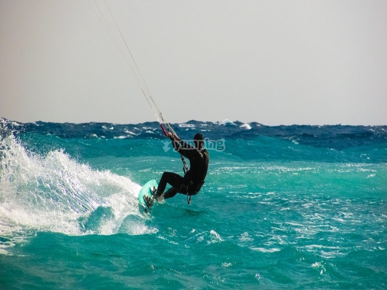 hombre haciendo kite surf