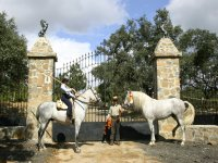 Recibimiento de caballistas en la entrada de Finca Santa María