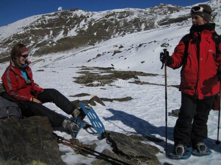 Excursionistas equipados con sus raquetas de nieve en Granada