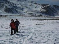 Caminando sobre la nieve de Sierra Nevada