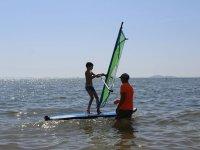 Alumno manejando la tabla de windsurf