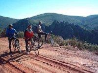 En bici por el camino de tierra