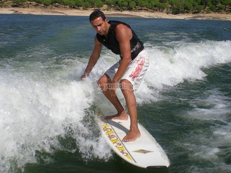 Surf en la ola del barco