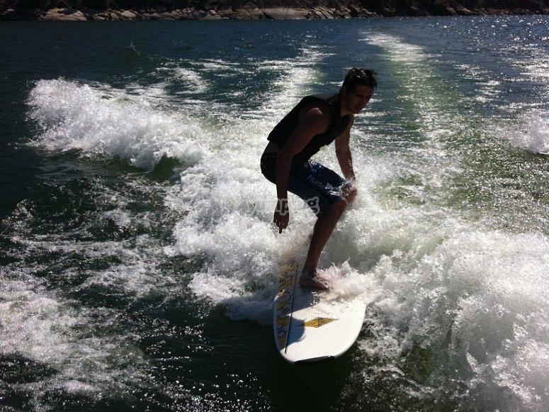 Surfeando las olas del embalse