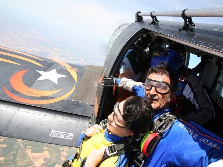 Saltando desde la avioneta con paracaidas en Toledo