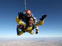 Paracaidista con mono amarillo