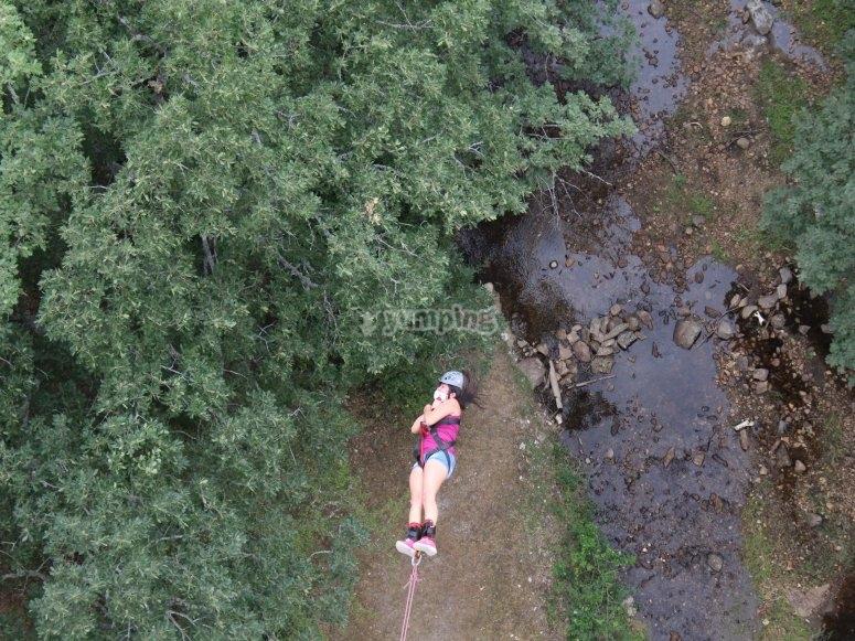 Colgada del puente tras el salto de puenting