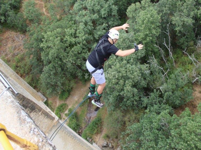Saltando al vacío desde el puente