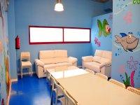 Mesas y sofas de color blanco