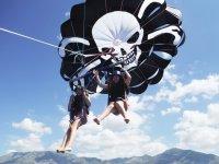 在滑翔伞上飞越丰希罗拉