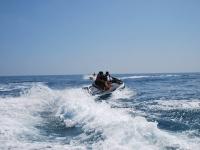 在摩托艇上滑行20分钟和30分钟路程-马拉加