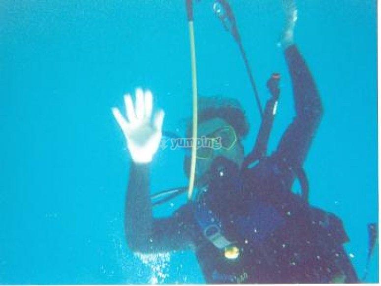 在游泳池潜水