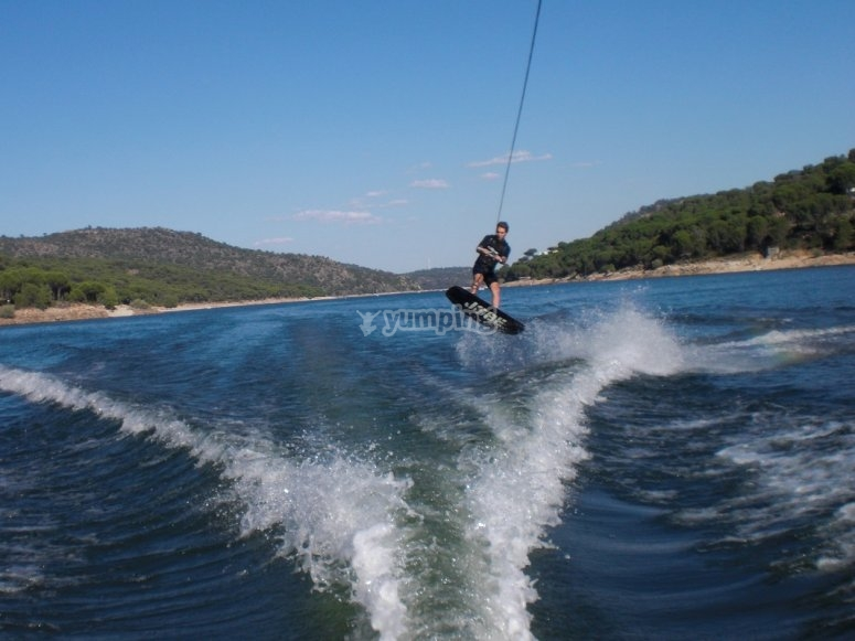 Salto con tabla de wake