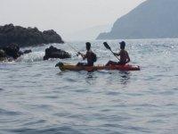 Remando con un amigo en el kayak