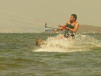 在水中拖风筝盯着