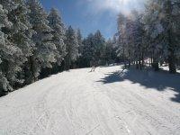 Bajando por la pista de esqui