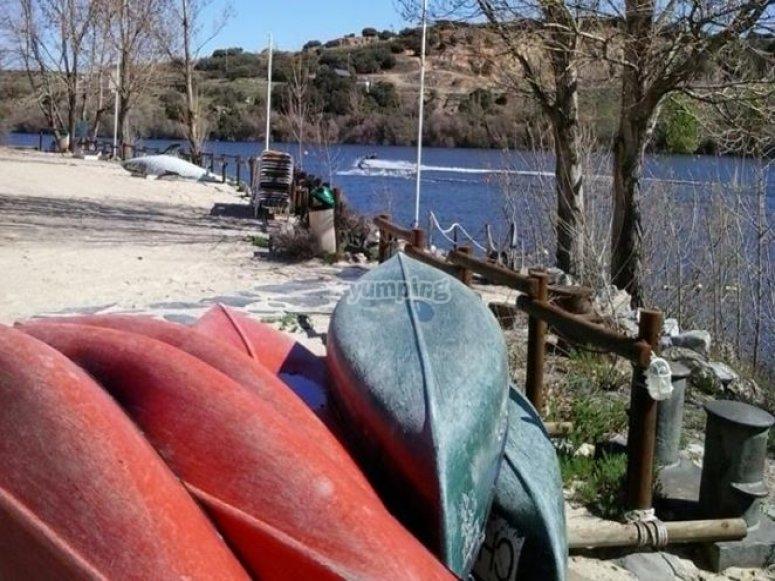 Canoas apiladas en la orilla