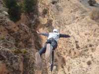 Il ragazzo che salta in bungee jumping