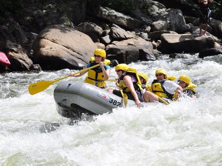 Balsa de raft por los rapidos