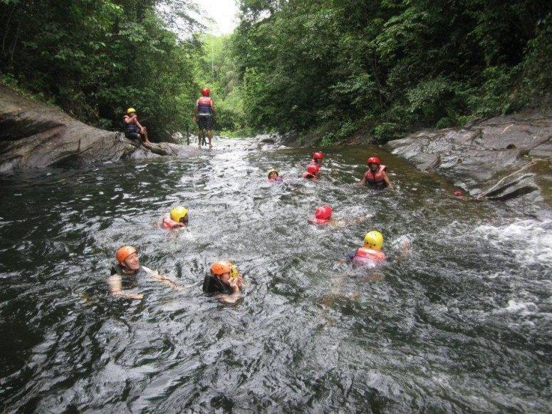 在河里游泳